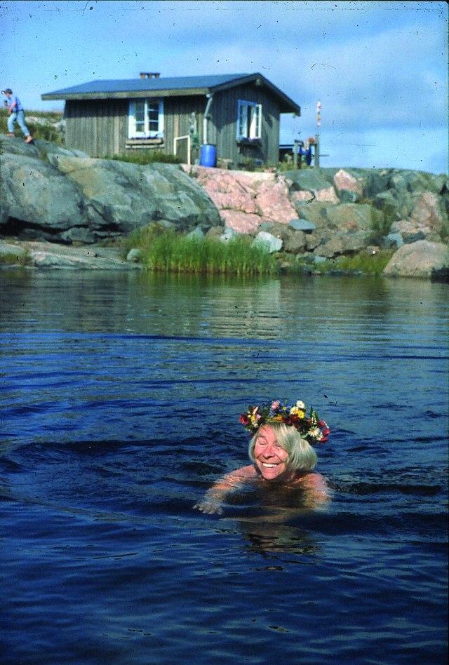 Tove simmar på Klovharun